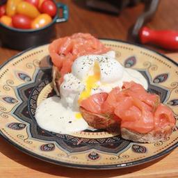 Salmão defumado com ovo poché