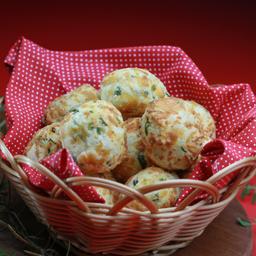 10 mini pães de queijo com ervas finas