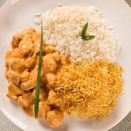 Estrogonofe de frango, arroz e batata palha - (500g)