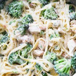 Espaguete ao Molho Branco com Brócolis e Bacon