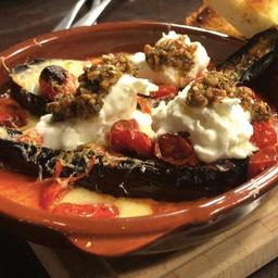 Berinjela assada com molho de tomate e queijo