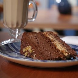 Bolo de Chocolate com Crocante de Nozes - Fatia