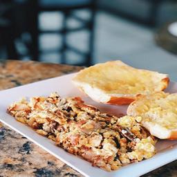 Ovo mexido com bacon + pão na chapa com manteiga