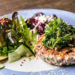 Hambúrguer de Salmão com Salada