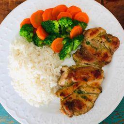 Sobrecoxa grelhada, brócolis, cenoura, arroz + acomp. grátis