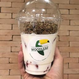 Yogurte Natural com Morango e Granola