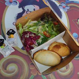 Salada Recoleta Individual e 2 Empanadas