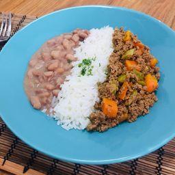 Carne moída refogada, arroz e feijão + acomp. grátis
