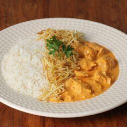 Estrogonofe de frango, arroz, batata palha + 2 acomp. grátis