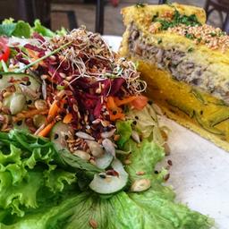 Torta vegana de abóbora com shimeji e salada