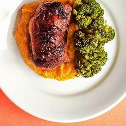 Sobrecoxa de frango assada com purê  de abóbora e brócolis