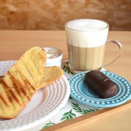 "Pão na chapa + vanilla latte + ""Snickers"