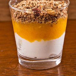 Iogurte com Calda de Frutas Amarelas e Granola