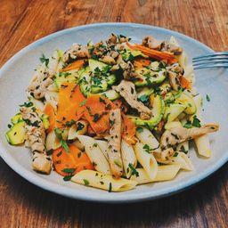 50%OFF Penne de frango grelhado com legumes ao azeite de ervas