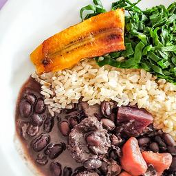 Feijão preto, banana grelhada, couve, farofa e arroz