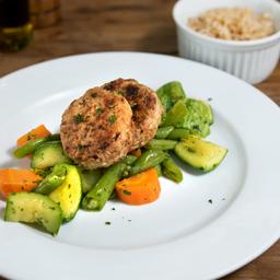 Hamburguer de frango com mix de legumes