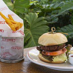 Hambúrguer com Bolo Molhado e Fritas