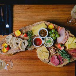 Seleção de queijos e charcutarias + vinho tinto argentino