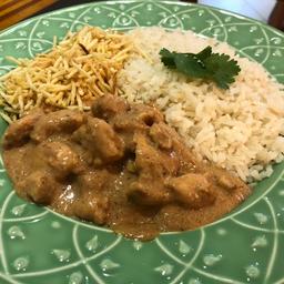 Estrogonofe de frango com arroz e batata palha