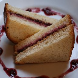 Sanduíche com pasta de amendoim e geléia
