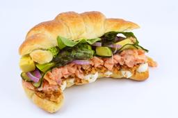 Sanduíche de croissant de salmão defumado