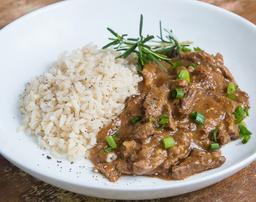 Estrogonofe de carne com arroz integral
