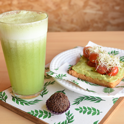 Toast avocado + suco verde + brigadeiro