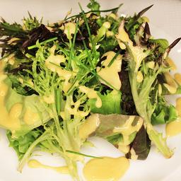Salada de folhas de mesclun com ervas frescas