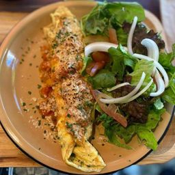 Omelete Recheada de Camarão com Molho e Salada Verde