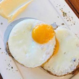 Ovos com Aioli No Pão Camponês