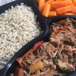 Carne louca 230g,  arroz integral 100g e cenoura 100g