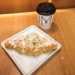 Croissant Amêndoas Chocolate e Café Coado - 240ml