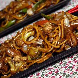 Yakissoba de Carne e Frango - Serve 4 Pessoas