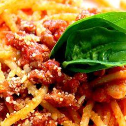 Espaguete com ragu de carne moída e calabresa