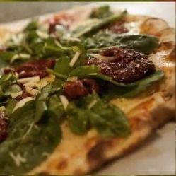 Pizza Rúcula e Tomate Seco.