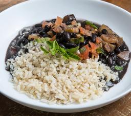 Feijoada vegetariana com arroz integral