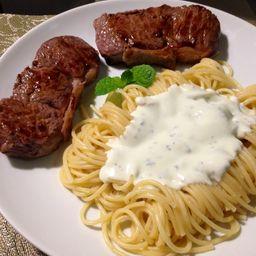 Espaguete ao Molho Branco com Filé Grelhado