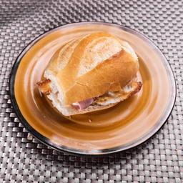 Pão com ovo, presunto e muçarela