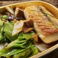Peixe branco grelhado com legumes orientais