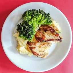Filé  de frango grelhado com purê de batata doce e brócolis