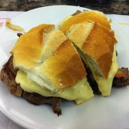 Pão com Churrasco e Queijo