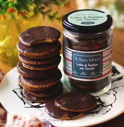 Cookies banhados de chocolate no pote