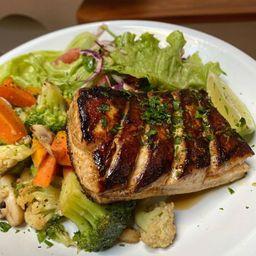 Peixe do Dia Grelhado com Legumes Grelhados e Salada