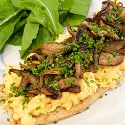 Toast Scramble Eggs com Cogumelos + side salad