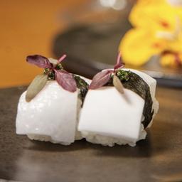 Dupla de sushi  de coco com pesto e conserva de hibisco