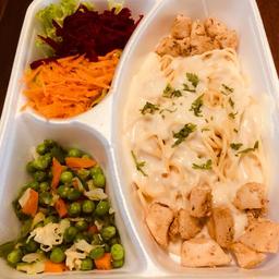 Espaguete com Molho Branco, Frango e Legumes