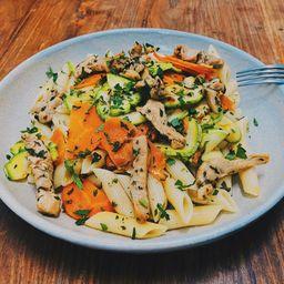 Penne de frango e legumes ao azeite ervas + 2 acomp. grátis