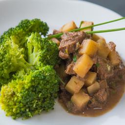Picadinho de filé mignon com palmito e brócolis