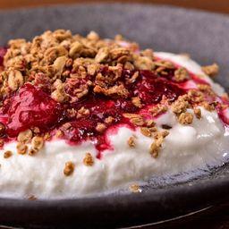 Iogurte com Calda de Frutas Vermelhas e Granola