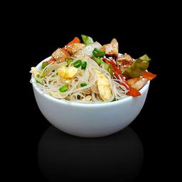 Frango oriental com macarrão de arroz